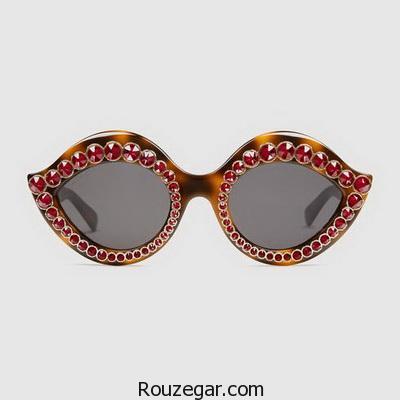 میشوند. مطالعات نشان دادهاند که آنقدر شعاع UV از اطراف قاب عینکهای معمولی وارد چشم میشوند که میتوانند اثر سودبخش عدسیهای حفاظت کننده را کاهش دهد. از این نظر عینکهای آفتابی کمربندی که قاب بزرگی دارند و چشم را از تمامی زاویهها حفاظت میکنند مفیدند. عینکهای سایه روشن (Gradient) رنگ عدسیهای سایه روشن از بالا به پایین و یا از بالا و پایین تا وسط تغییر میکند و در واقع سایه روشن میشود. عدسیهای سایه روشن تک سایه ( تیره در بالا و روشتر در پایین ) میتوانند خیرگی نور آسمان را از بین برده و در عین حال امکان دید مناسبی را از قسمت پایینی فراهم کنند. این عینکها برای ورزش شیرجه هم مناسب هستند زیرا جلوی دید شما از تخته شیرجه را تاریک نمیکنند. ولی عینکهای مزبور برای شرایط برفی و یا در ساحل دریا مناسب نیستند، خصوصاً اگر قسمت پایینی آنها روشن باشد. لنزهای سایه روشن دو سایه (تیره در بالا و پایین و روشن در وسط ) ممکن است برای ورزشهایی از قبیل قایقرانی و یا اسکی که شعاعهای نورانی از سطح آب یا برف برمیگردد مناسب تر باشند. عینکهای فتوکرومیک  یک عینک فتوکرومیک بطور اتوماتیک در نور درخشان تیره شده و در نور کم روشنتر میشود. در اکثر موارد تیره شدن عینک ظرف نیم دقیقیه صورت میگیرد و حال آنکه روشنتر شدن آن حدود 5 دقیقه طول میکشد. از نظر رنگ نیز بصورت یکنواخت و یا سایه روشن عرضه میشوند. گرچه عینکهای فتوکرومیک ممکن است از نظر جذب UV عینکهای آفتابی خوبی باشند، ولی ممکن است برای انطباق آنها با شرایط مختلف نوری مدت زمانی بطور ناخواسته صرف شود. عینکهای تراش داده شده و صیقلی  بعضی عینکهای غیر طبی توسط کارخانههای سازندهشان طوری تراش داده وصیقل میشوند که کیفیت نهایی عدسی آنها تا حد مناسبی ارتقا یابد. البته عینکهایی که از تراش و صیقلی بودن مناسبی برخوردار نیستند به چشم شما آسیبی نمیزنند. قبل از هر چیز مطمین شوید که عدسی عینک مورد نظر شما ساخت مناسبی داشته باشد. جهت قضاوت در مورد کیفیت عینک غیر طبی خود، به چیزی مستطیل شکل مثل موزاییک کف اتاق خود نگاه کنید. عینک را در فاصله دلخواه نگاه داشته و یک چشم خود را بپوشانید. عینک را به آهستگی و از یک سمت به سمت دیگر و سپس به بالا و پایین حرکت دهید. اگر خطوط در تمام موقعیت ها مستقیم بنظر برسند، عدسی مناسبی را انتخاب کردهاید. ولی اگر خطوط در هم میروند، خصوصاً اگر این خط