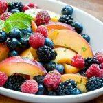 طرز تهیه سالاد میوه هلو و تمشک